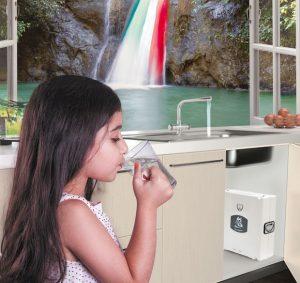 Depuratori Acqualife osomosi inversa uso domestico controllo qualità dei depuratori d'acqua bambina bere acqua