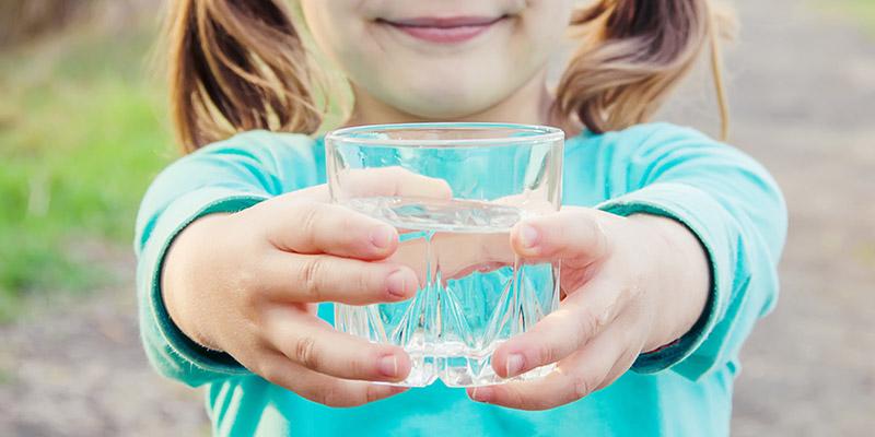 per una giusta idratazione bere almeno 2 litri d'acqua al giorno