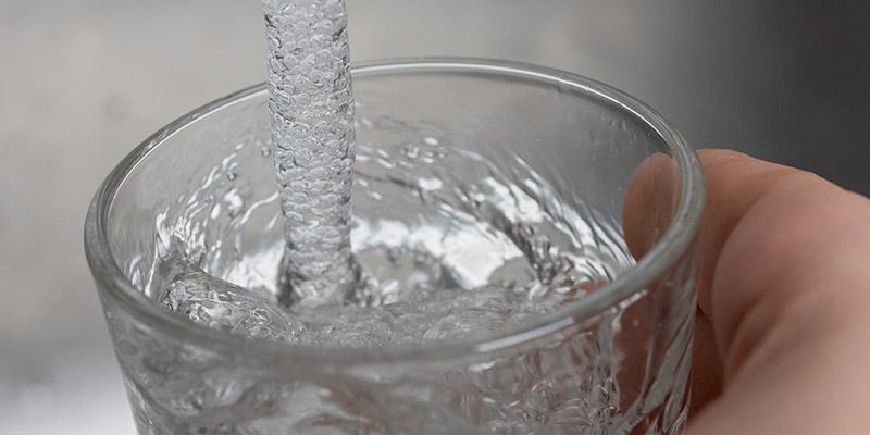 Per capire se l'acqua da bere è potabile e pulita deve essere trasparente