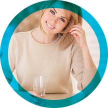 casalinga che beve acqua pulita dal rubinetto di casa con acqua depurata