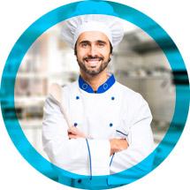 cuoco contento che usa acqua depurata per cucinare