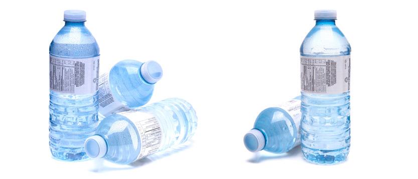 leggere etichetta dell'acqua in bottiglia