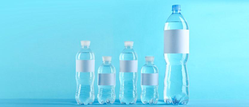 leggere l'etichetta dell'acqua delle bottiglie di plastica