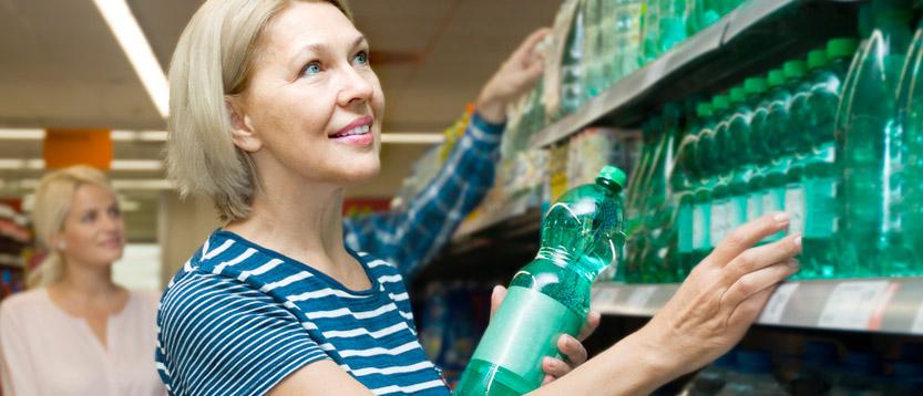 leggere etichetta dell'acqua nelle bottiglie di plastica