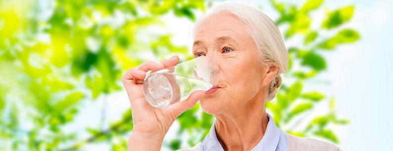 Bere tanto è importante per non imbattersi nei primi sintomi della disidratazione