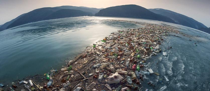 inquinamento di plastica e microplastiche nell'acqua
