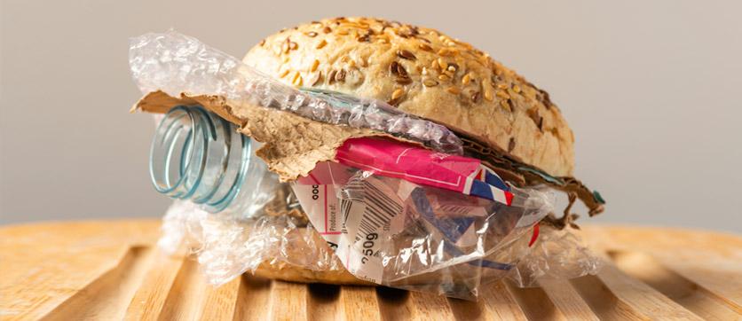 beviamo 5 grammi alla settimana di plastica per i rifiuti nel mare