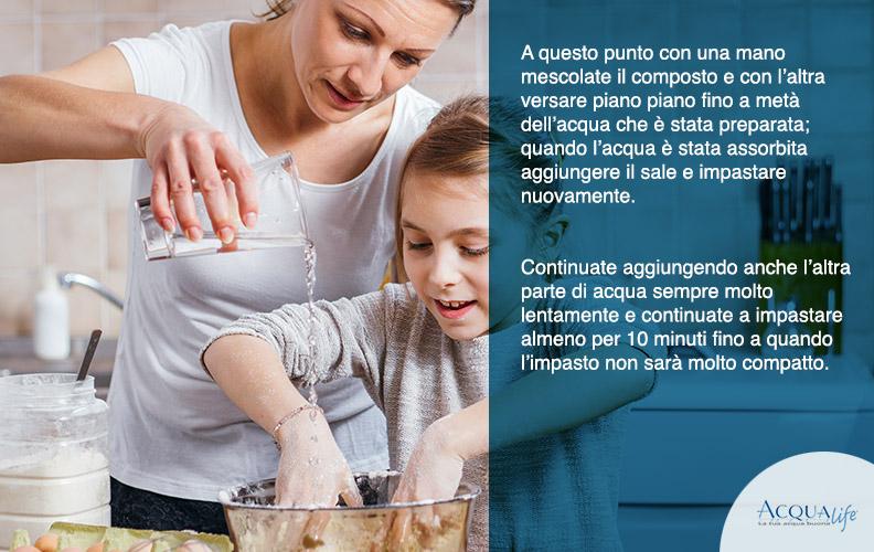 mescolare l'acqua con la farina per impastare il pane con le mani