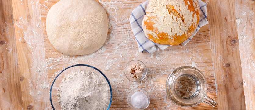 pane fatto in casa, acqua e ingredienti di qualità