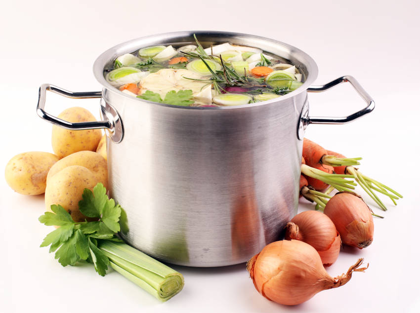 brodo di verdure per il risotto allo zafferano