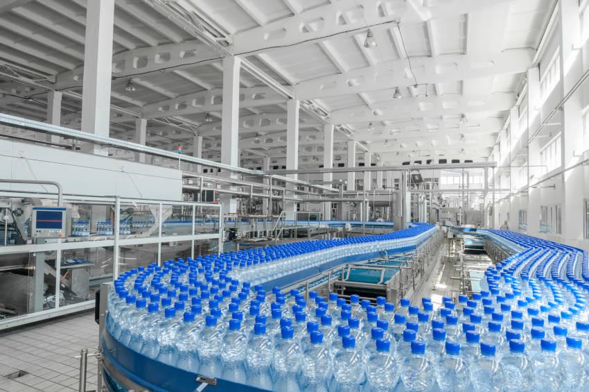 botiiglie d'acqua e il loro processo di imbottigliamento