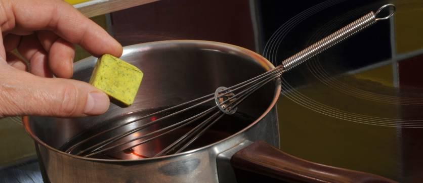 dado per brodo vegetale durante la preparazione
