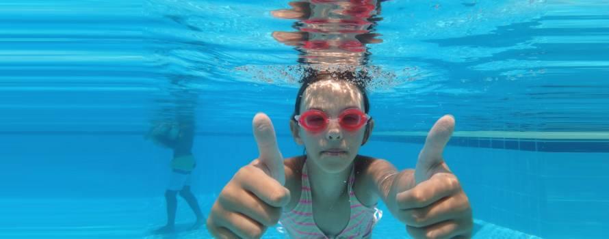 crolo nell'acqua in piscina