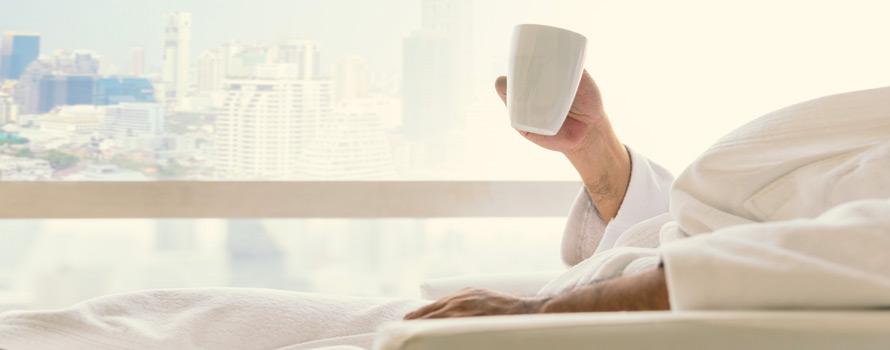 si consiglia di bere acqua calda di mattina a stomaco vuoto