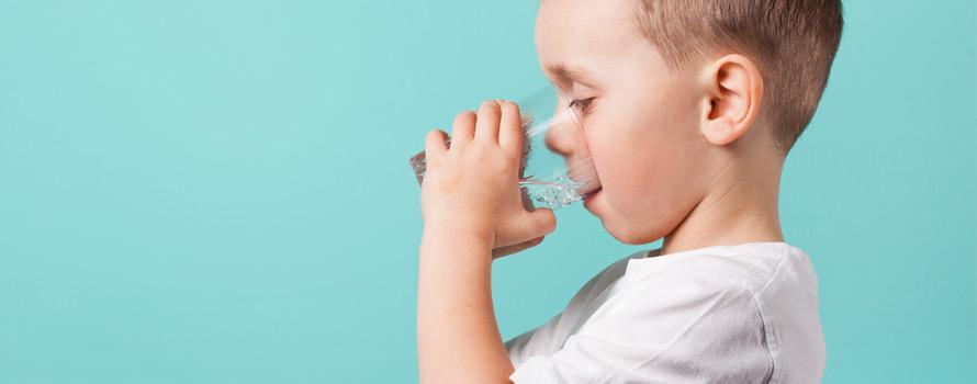 i benefici di bere acqua