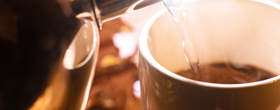 i benefici di bere acqua calda