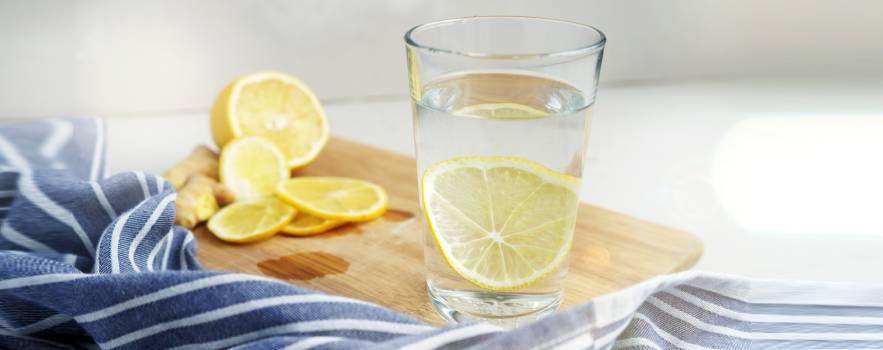 bere acqua e limone al mattino fa bene