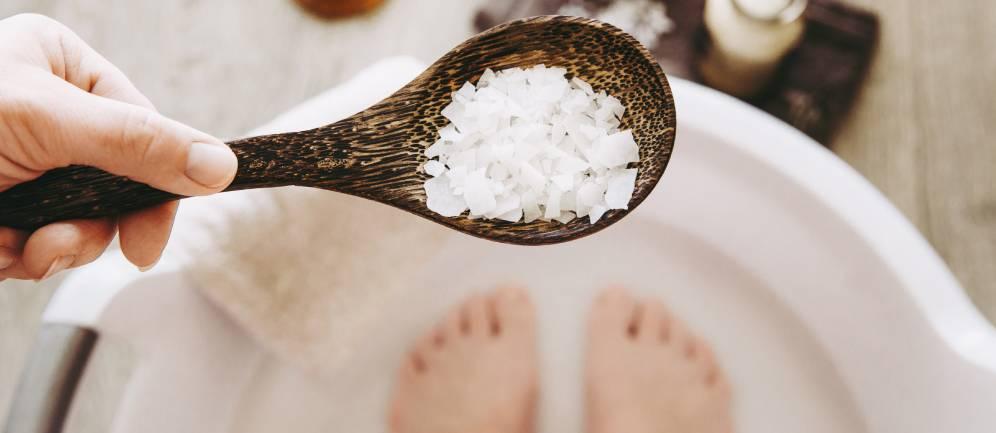 acqua e sale per sgonfiare le gambe e piedi