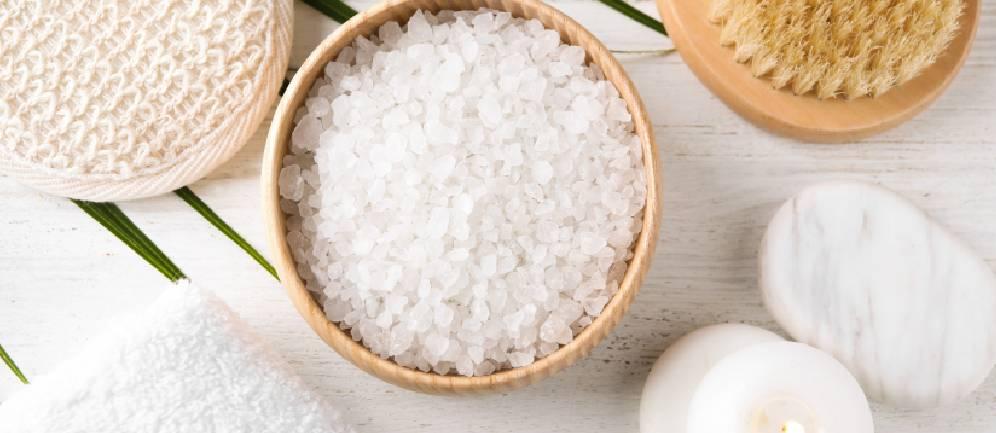 pulizia del viso con acqua e sale